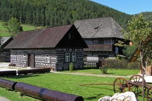 Čičmany, vilaĝo fama pro sia tradicia arkitekturo
